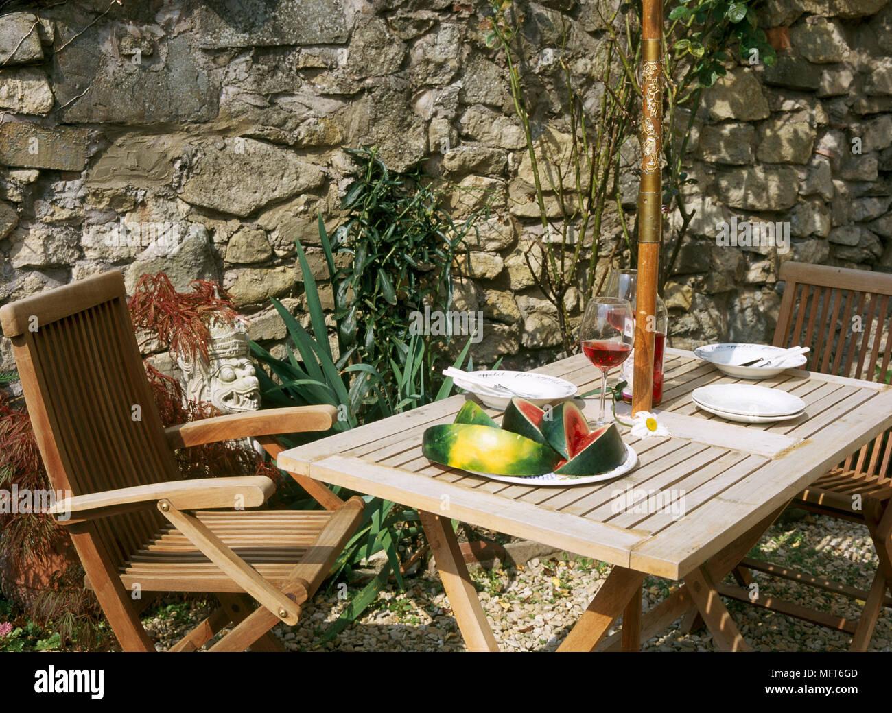 Un jardin détail montrant une table et chaises en bois situé ...