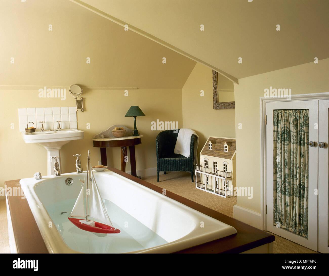Une salle de bains privative avec un jaune pays plafond en pente, d ...