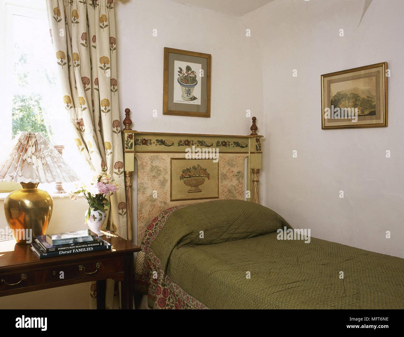 Chambre classique lit simple motif tête de lit en bois ...
