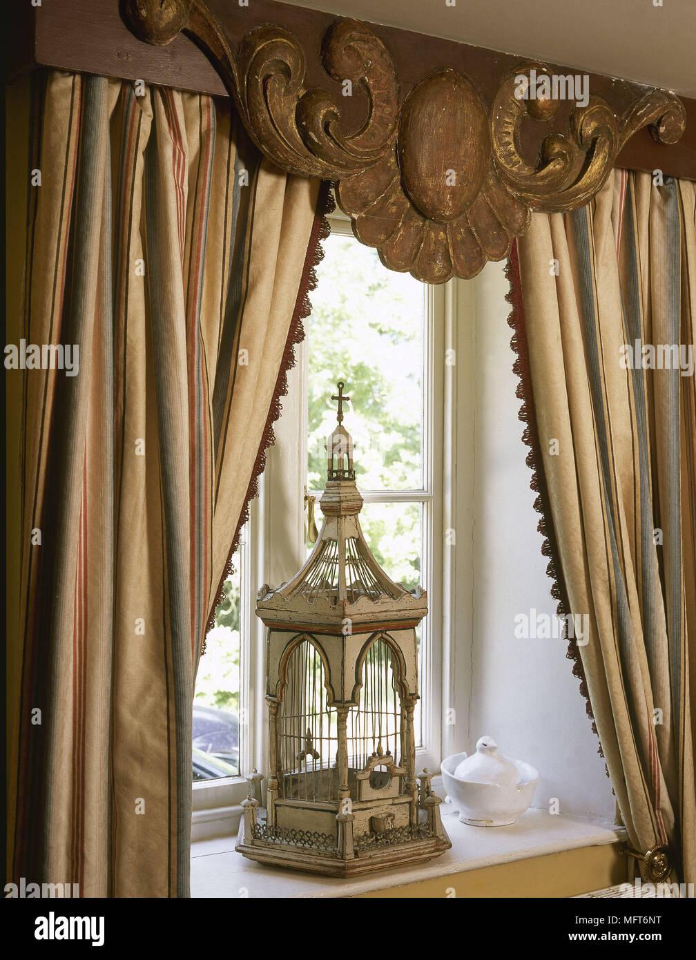 Or fenêtre rideaux rayés carved cantonnières cage à oiseaux ancienne ...