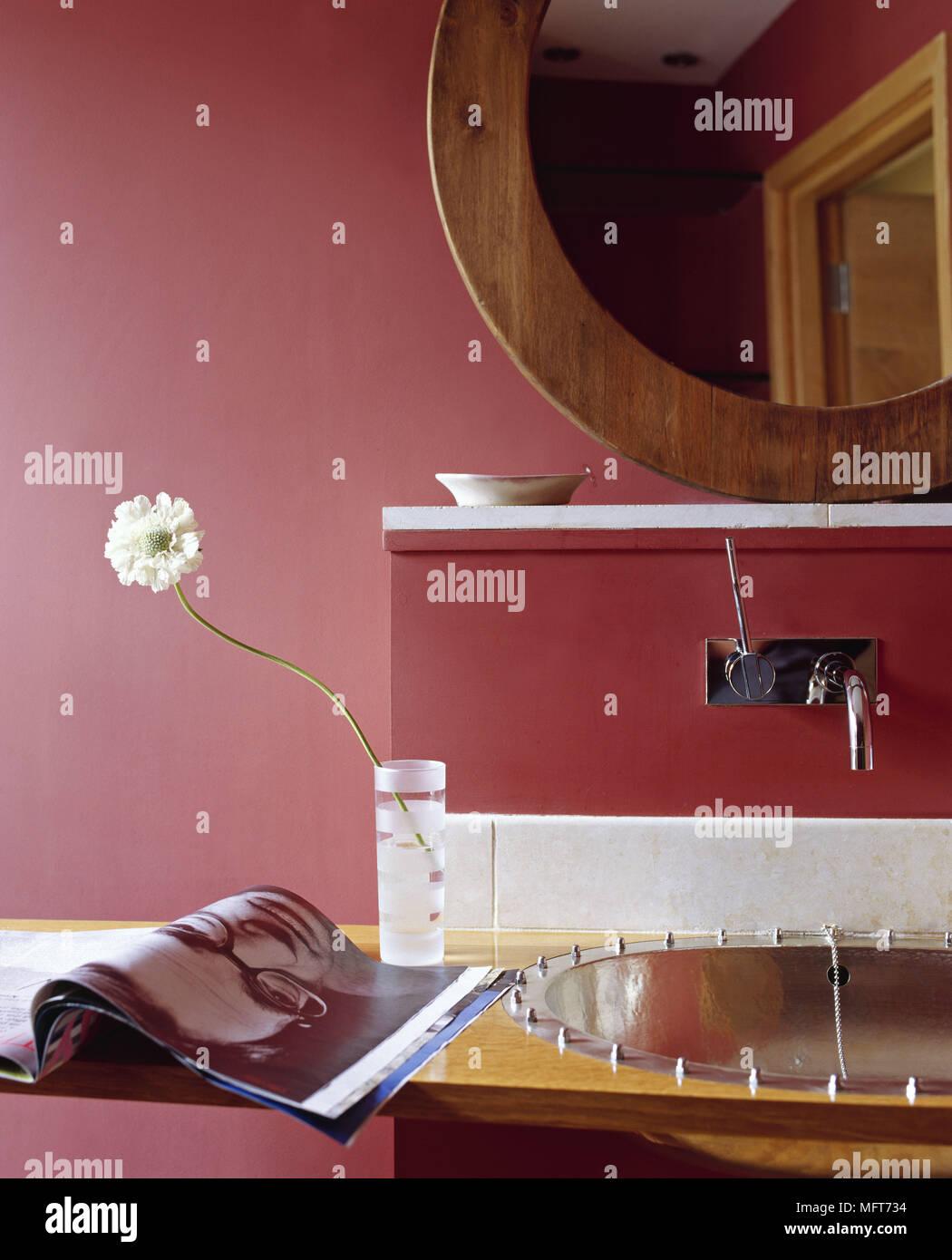 Salle de bains murs rouge miroir encadré bois évier moderne magazine ...