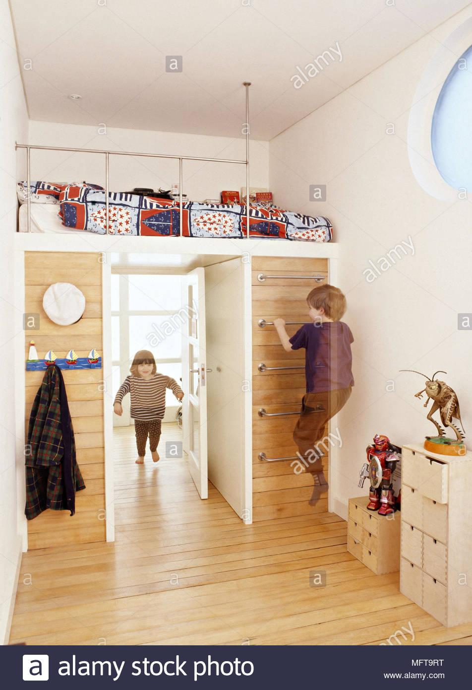 Jeune garçon et fille jouant chez les enfants ? Chambre moderne murs ...