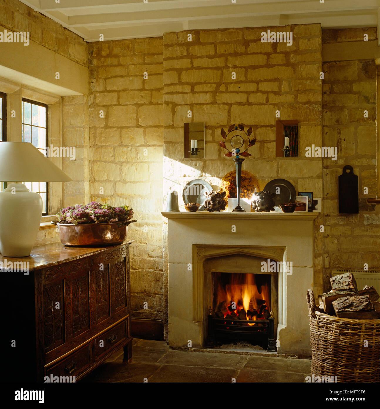 allume feu dans cheminée en style rustique avec des murs en pierre