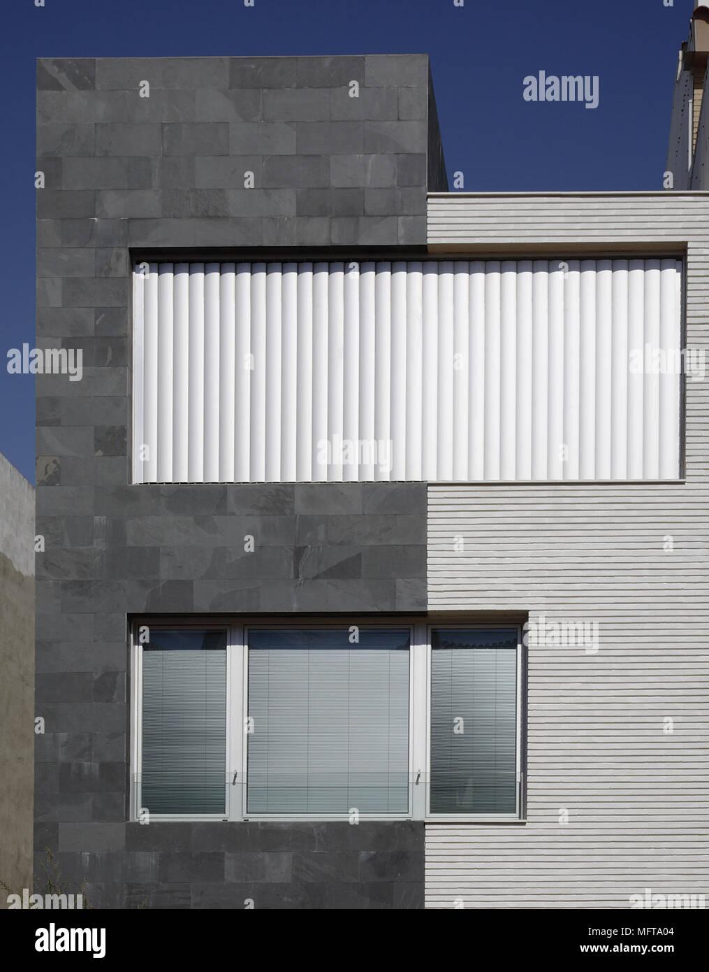 Extérieur De Maison Moderne Avec Volets Métalliques Sur Les Fenêtres  Benicarlo Espagne