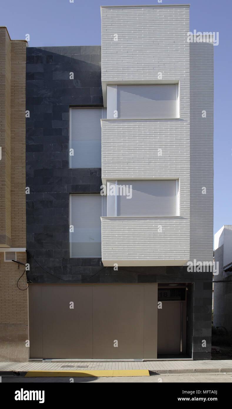Extérieur De Maison Moderne Avec Des Volets Sur Les Fenêtres Benicarlo  Espagne