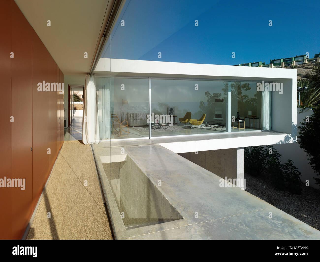 Extérieur de maison moderne situé sur différents niveaux afin de ...