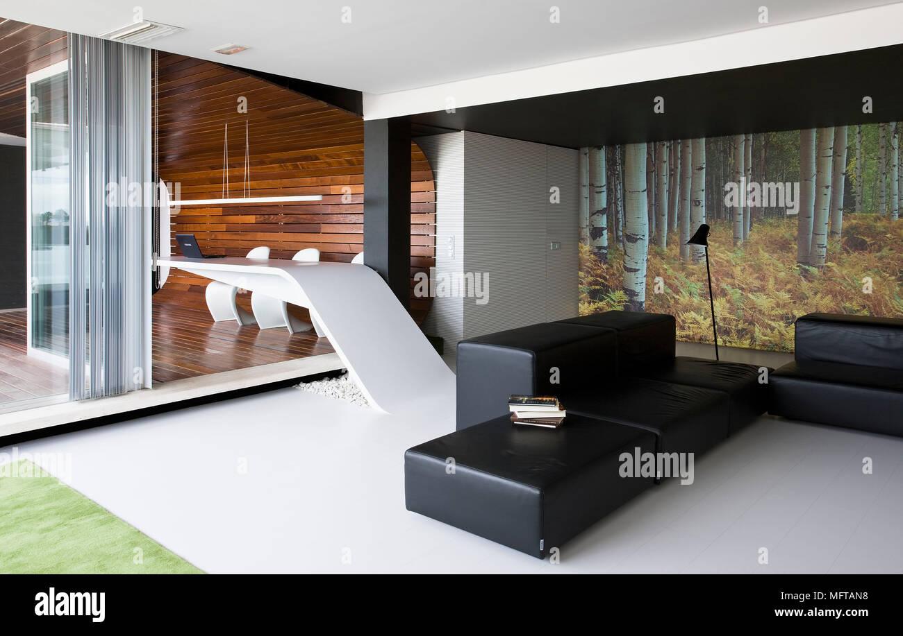 Fauteuils en cuir noir en plan ouvert salon moderne avec vue de ...