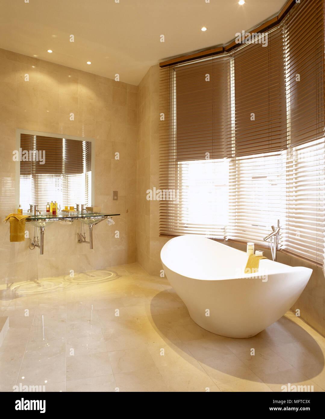 Moderne, salle de bains carrelée avec baignoire sur pieds sculptés ...