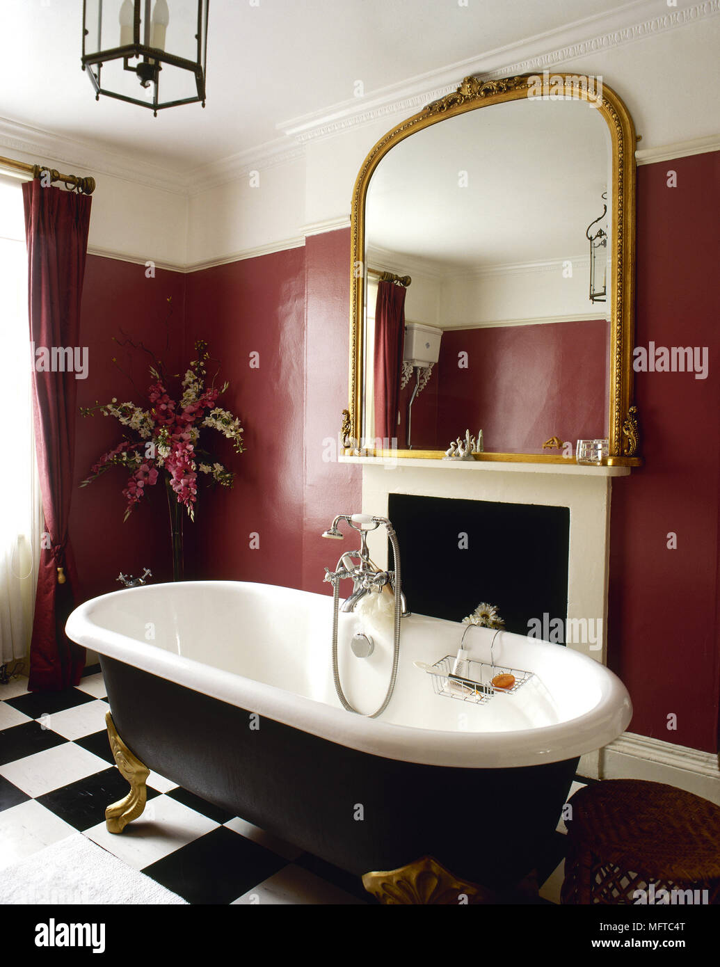 Salle de bains rouge traditionnel, détail avec baignoire à ...