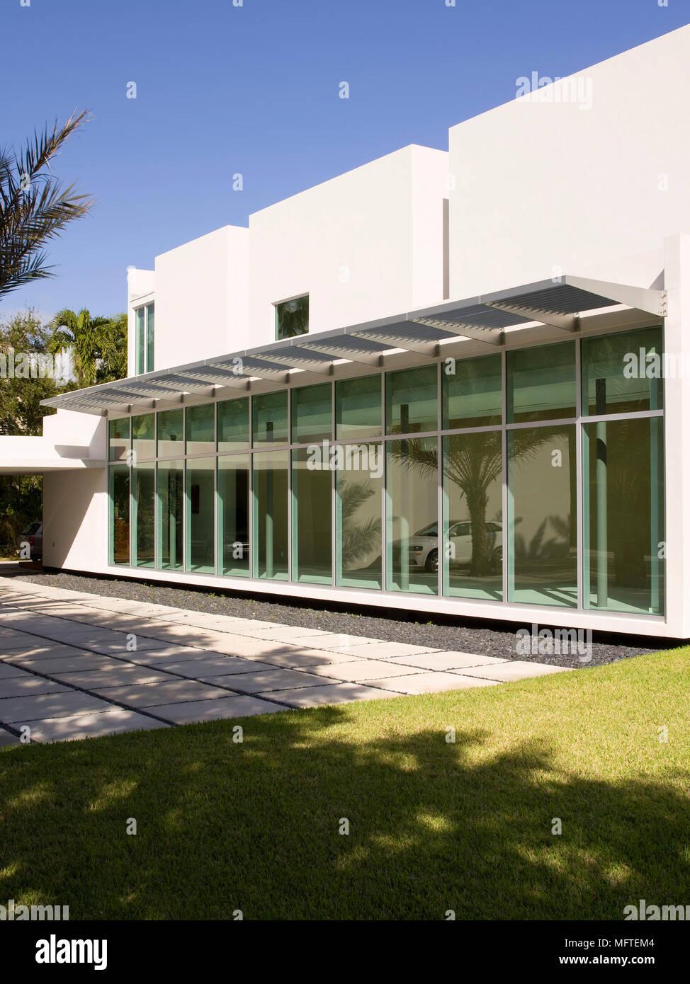 Extérieur de maison moderne avec baies vitrées Banque D\'Images ...