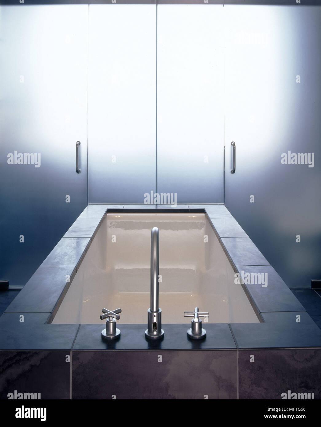 Salle de bains moderne avec baignoire carrelage ardoise ...