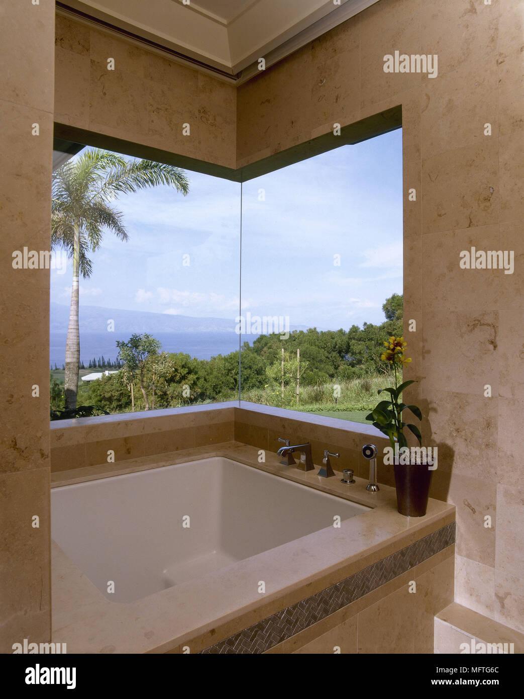 Salle de bains moderne avec baignoire encastrée et fenêtre photo USA ...