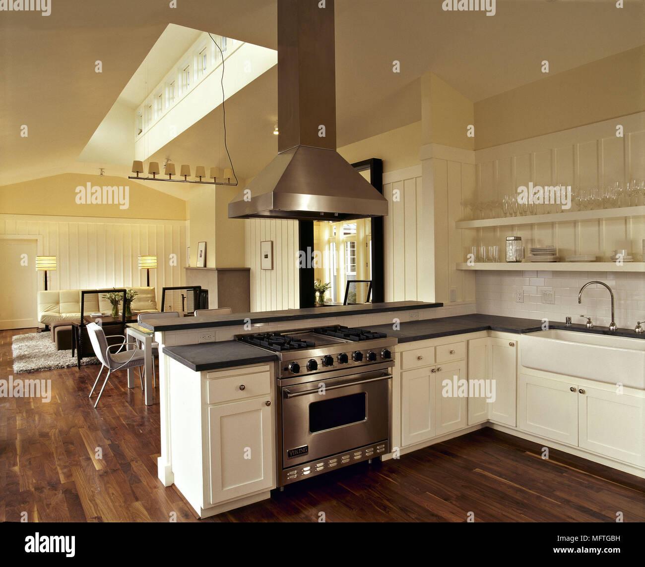 Cuisine ouverte moderne avec unités de granit noir et blanc plateaux ...