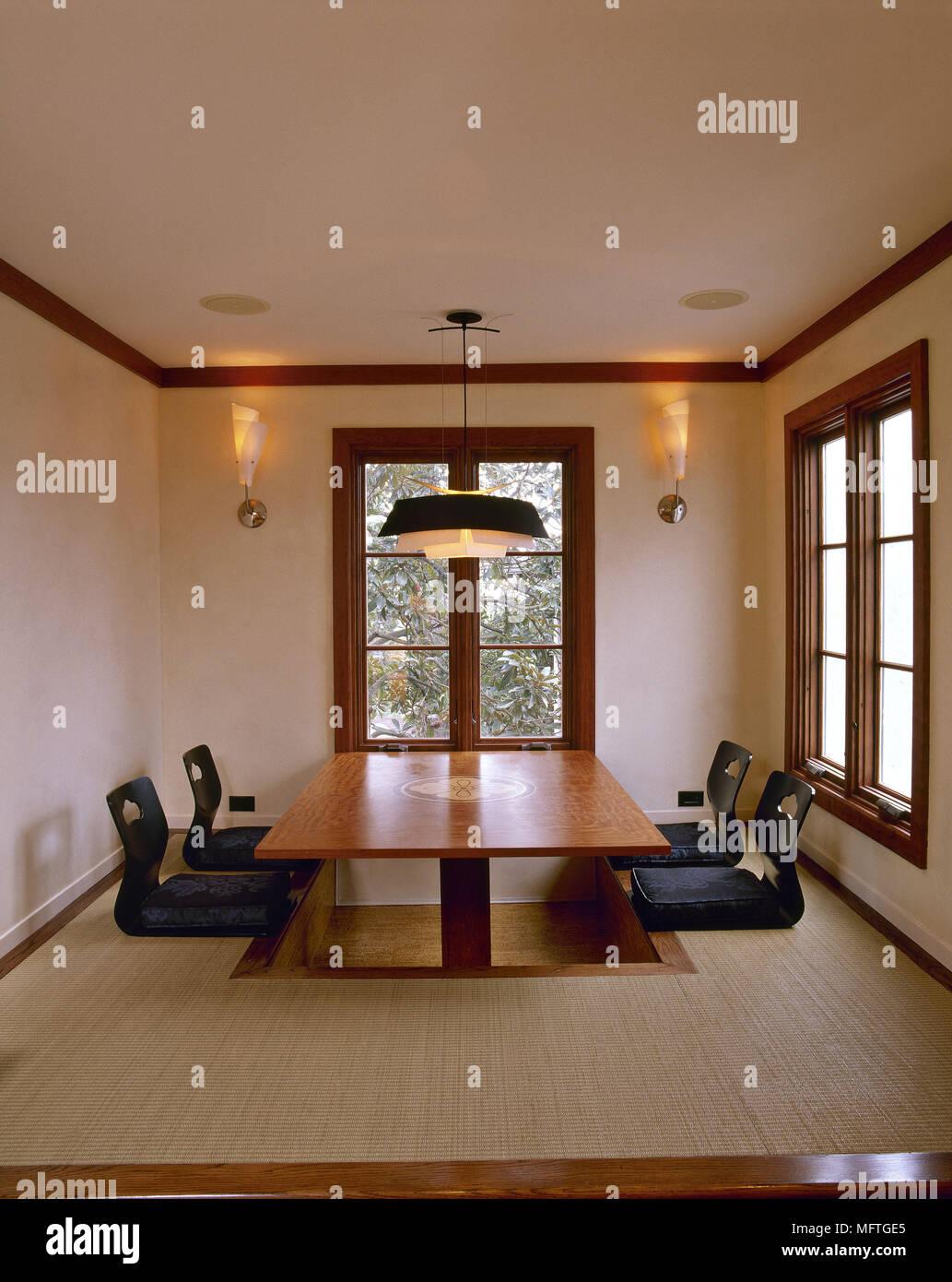 Minimaliste ultra moderne salle à manger en bois neutre faible table ...