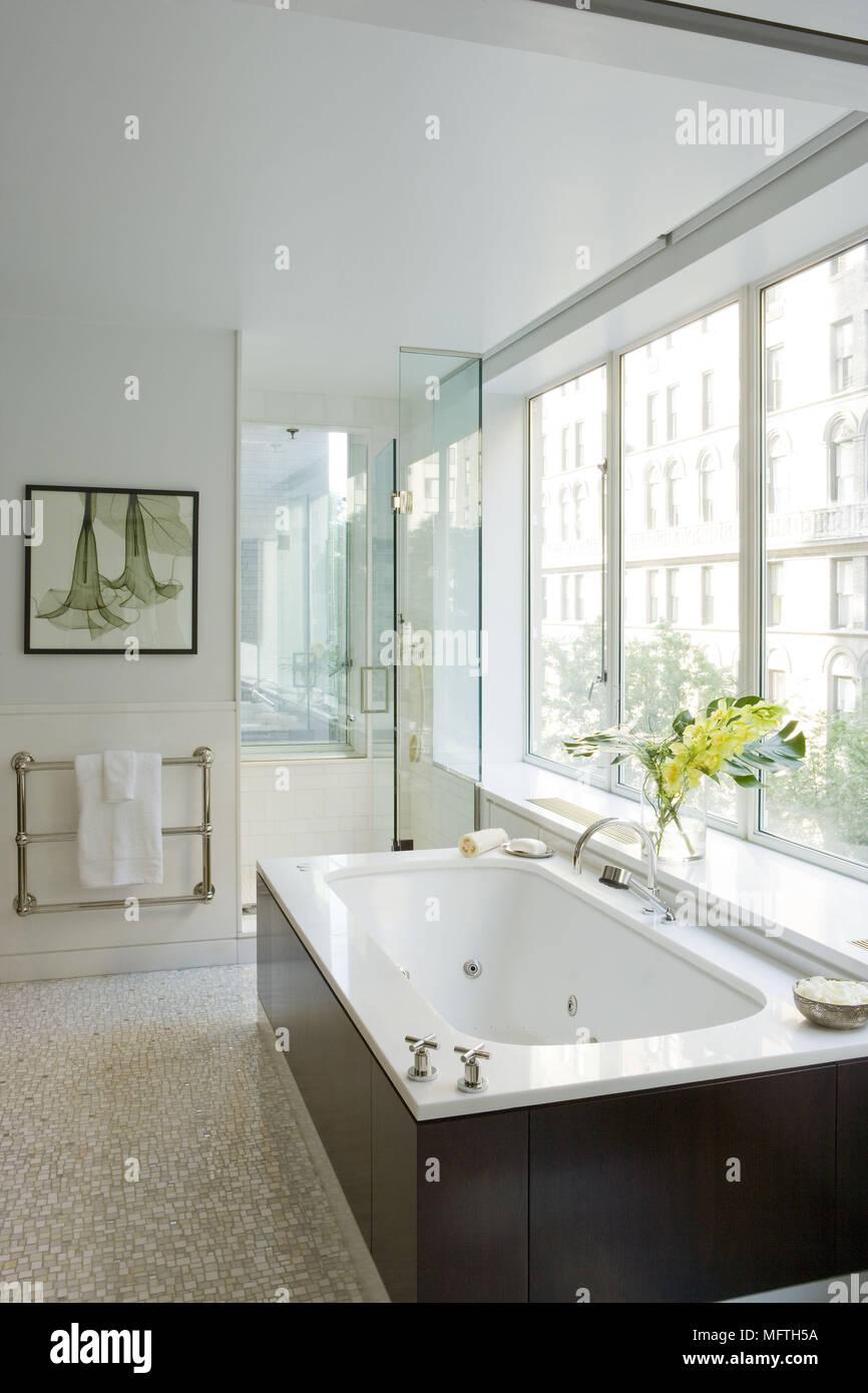 baignoire sous fenetre amazing voilage fenetre avec baignoire pour petite salle de bain nouveau. Black Bedroom Furniture Sets. Home Design Ideas
