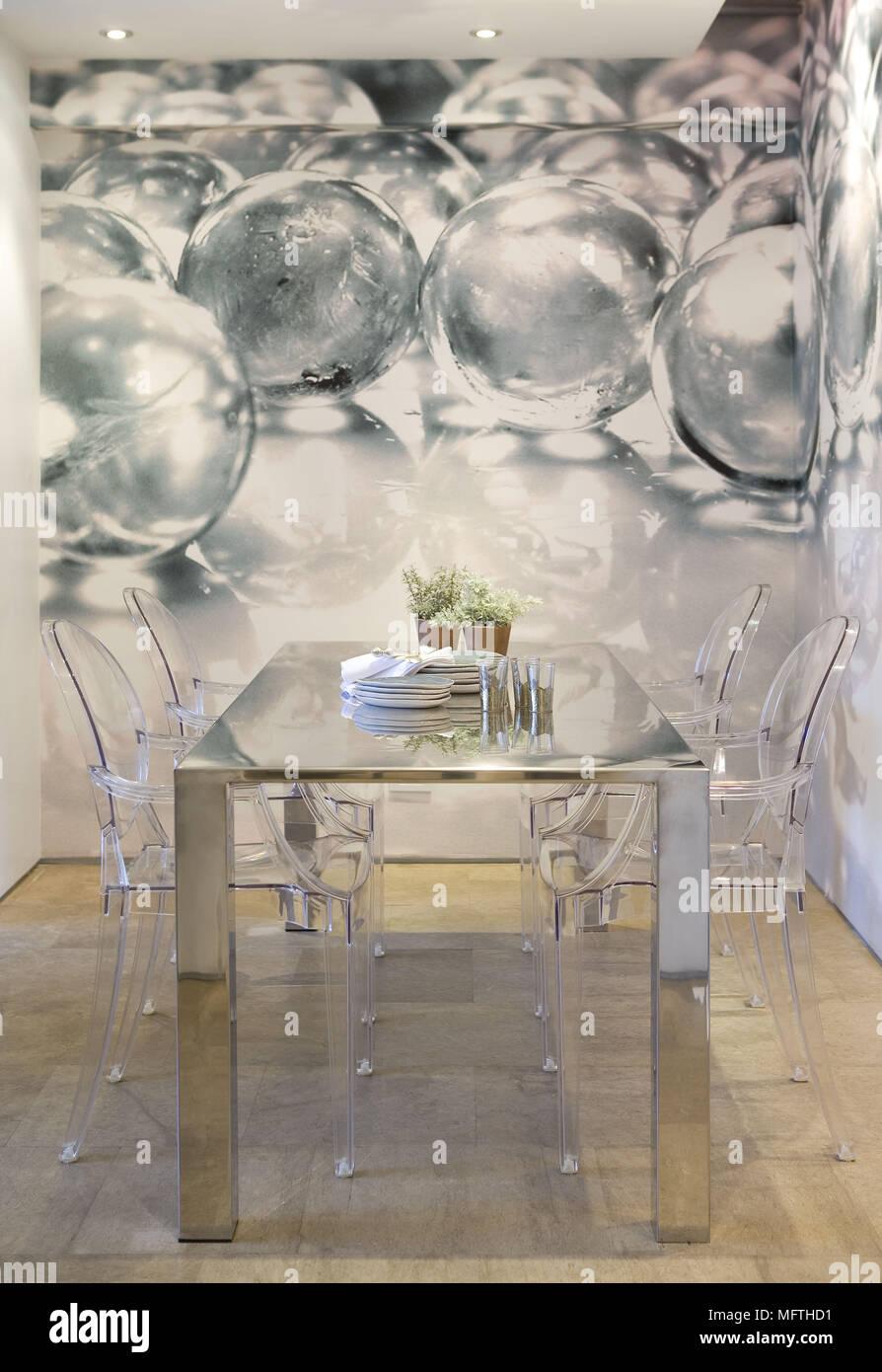 Chaises Louis Ghost De Philippe Starck Chez Metal Table Dans La Salle Manger Moderne