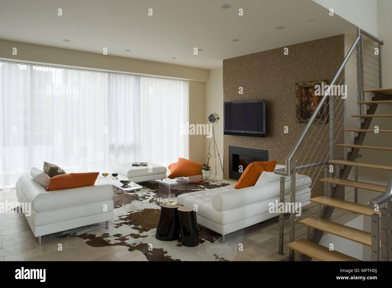 Cadre Au Dessus Du Canapé canapé face à la télévision fixée au mur au-dessus de