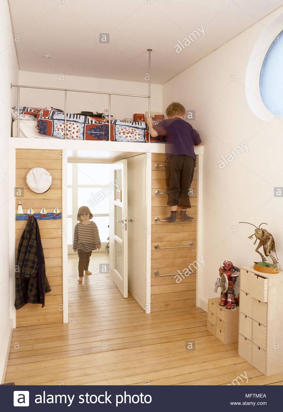 Enfant ? Chambre lit soulevées en acier de plancher de bois de l ...
