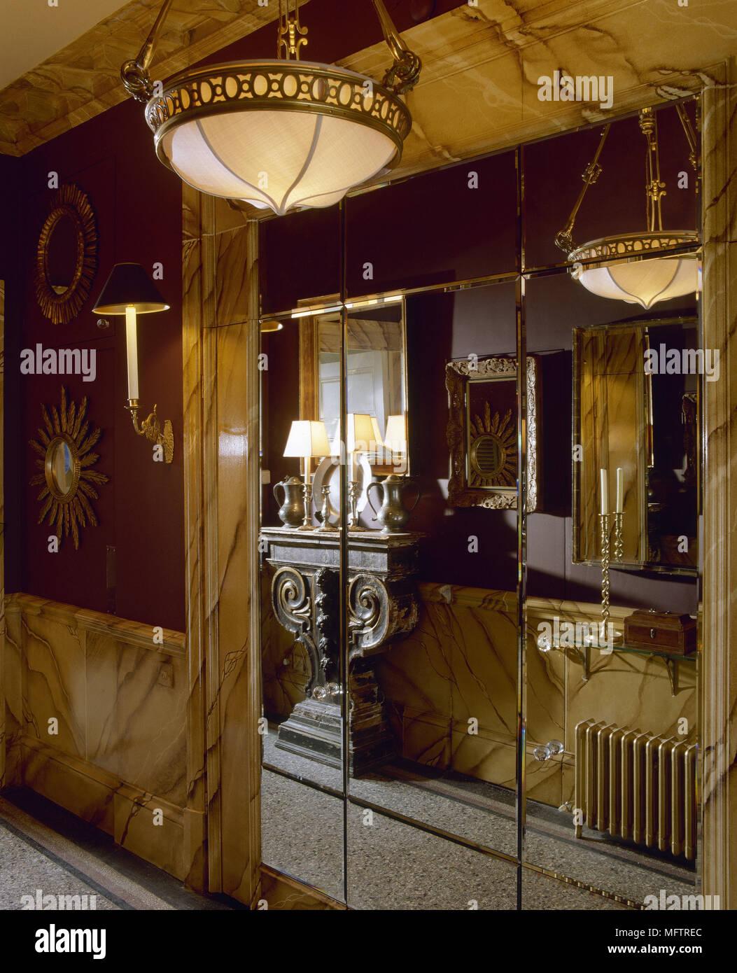 Couloir avec influences Art déco mur miroir et lampe de ...