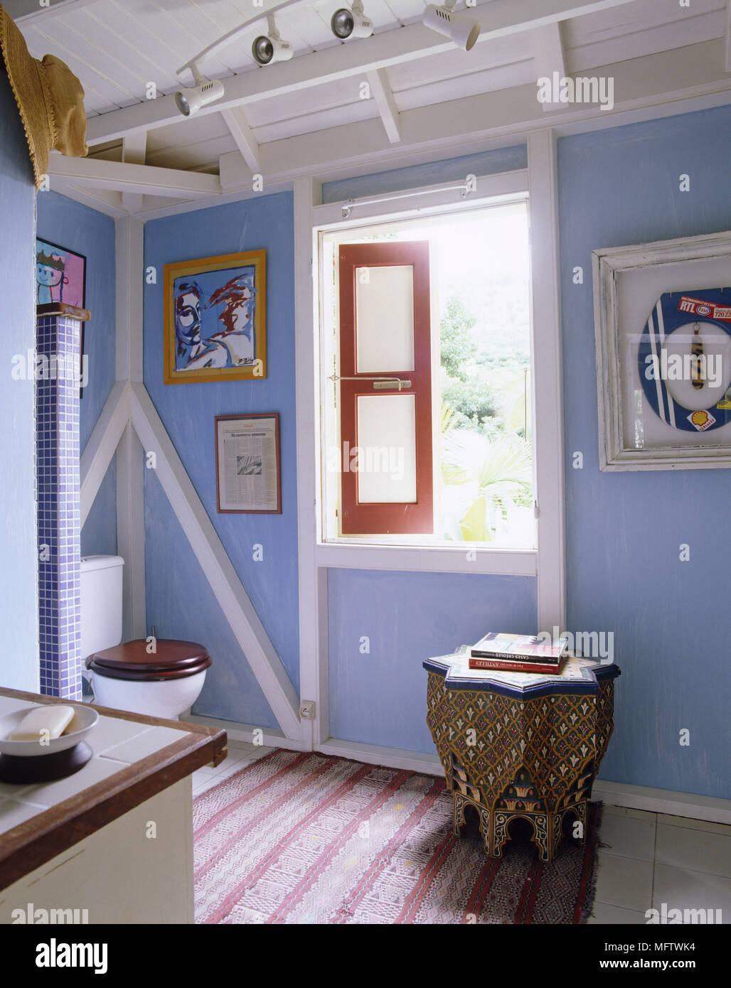 Salle de bains avec toilettes bleu style marocain table côté photos ...