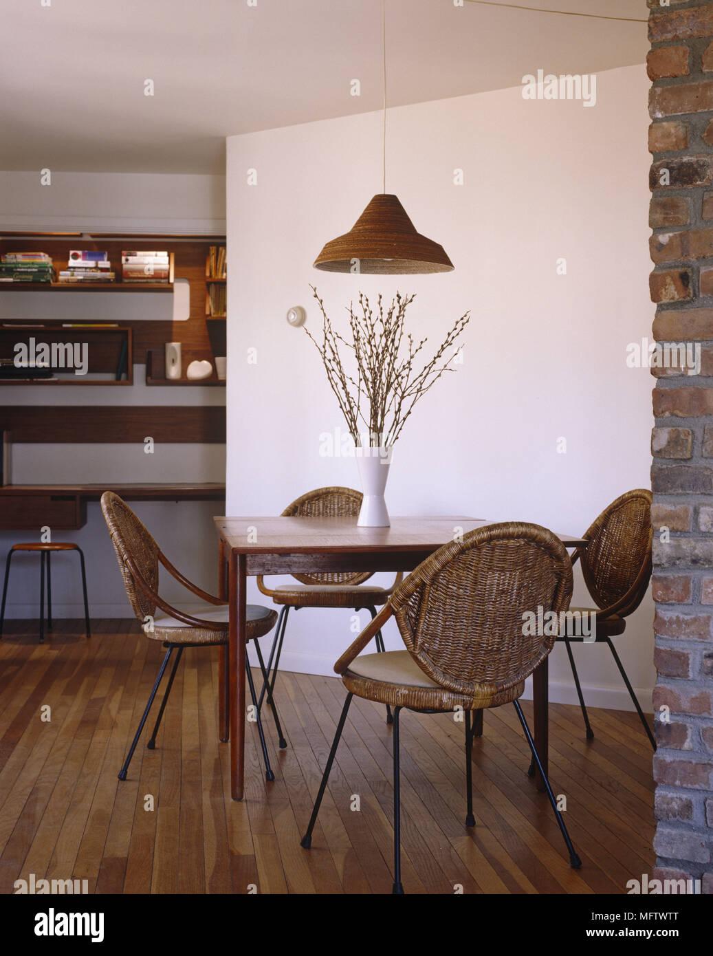 Salle à manger avec parquet en bois table en bois et chaises ...