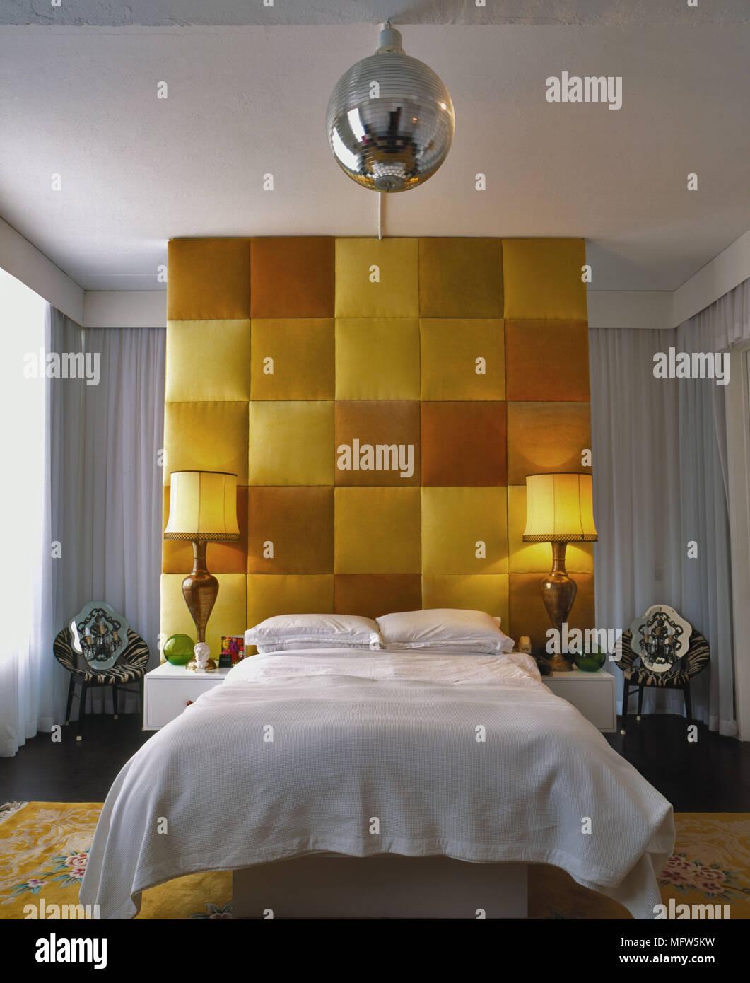 Une Chambre Moderne Avec Meubles De Hauteur De Plafond En Panneau Tête  Rouge Jaune Et Orange Lit Double Paire De Feux