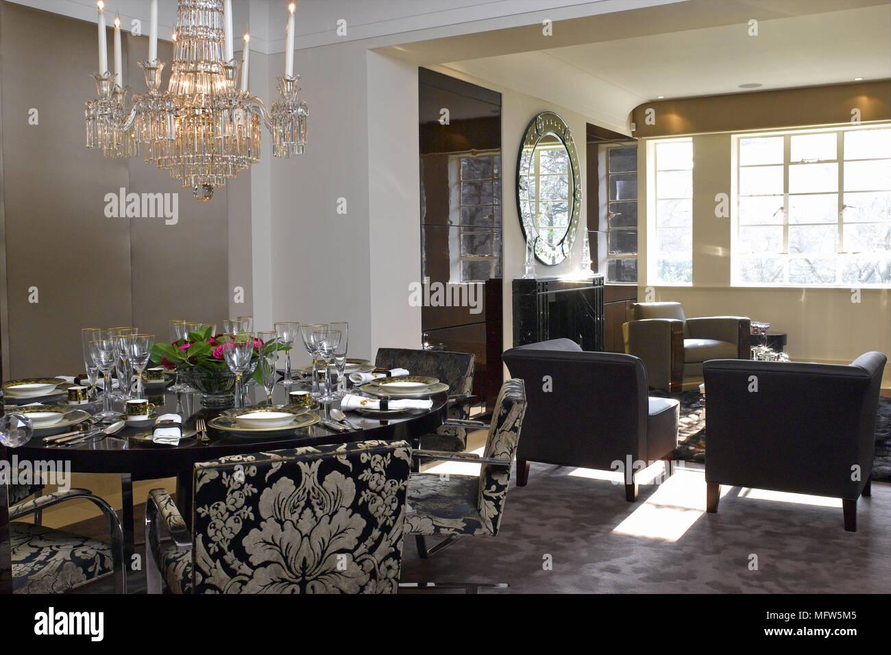 Une salle moderne avec un grand lustre suspendu au-dessus d\'une ...