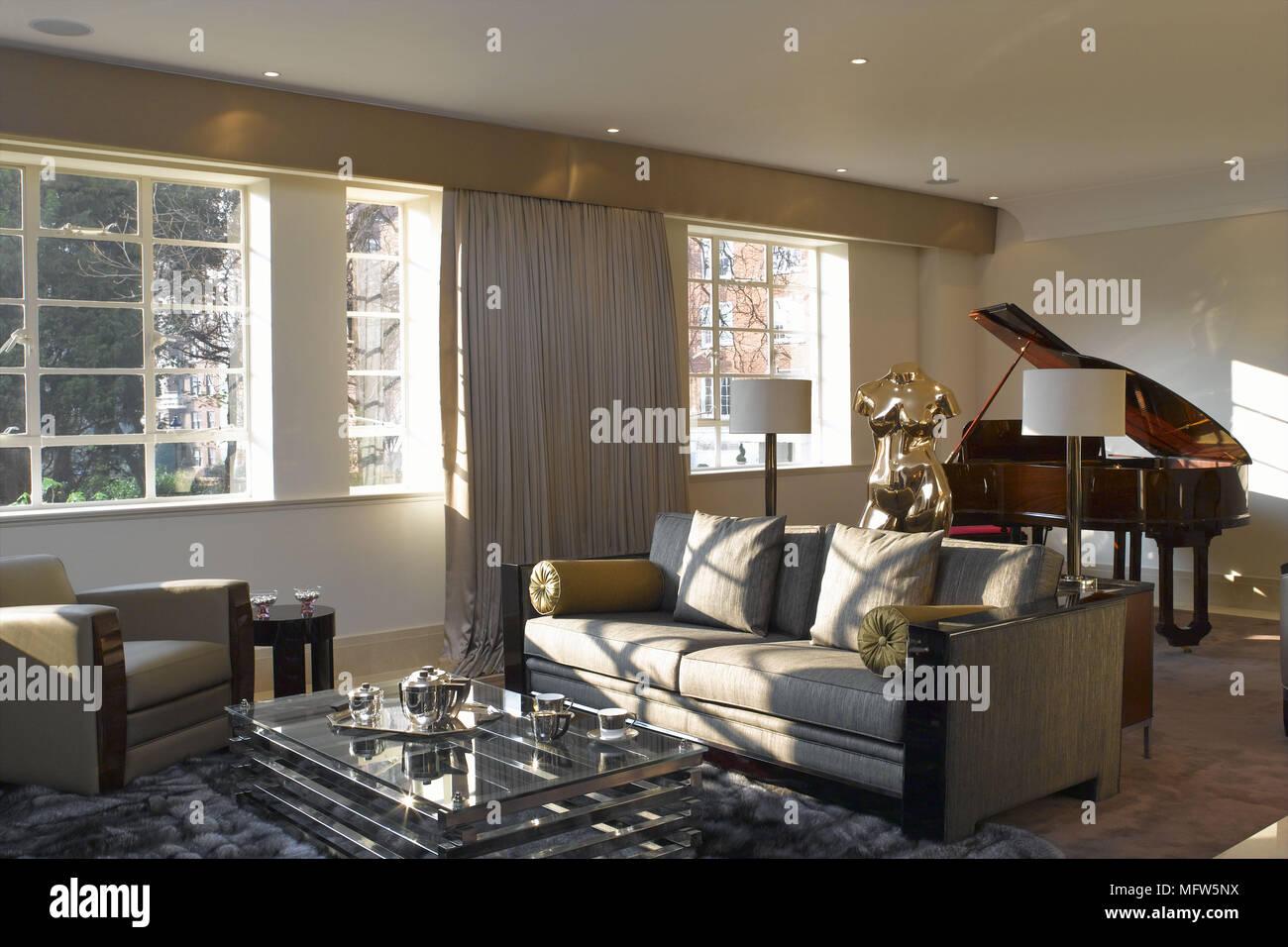 Un Salon Moderne Avec Une Grande Fenetre Eclairant Un Canape Et Un Fauteuil Face A Une Table Basse En Verre Photo Stock Alamy