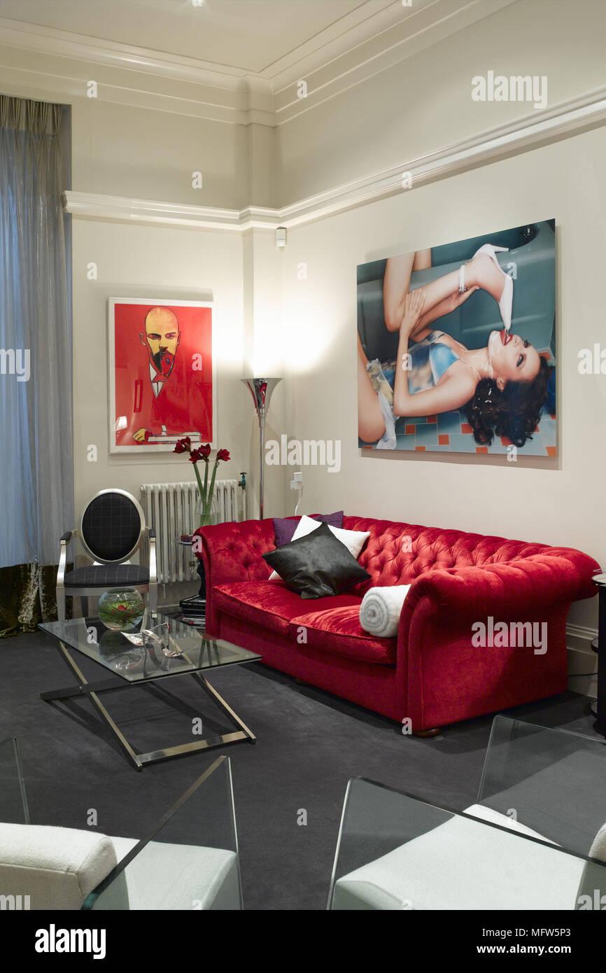 Un salon moderne avec un canapé en velours rouge entouré par deux ...