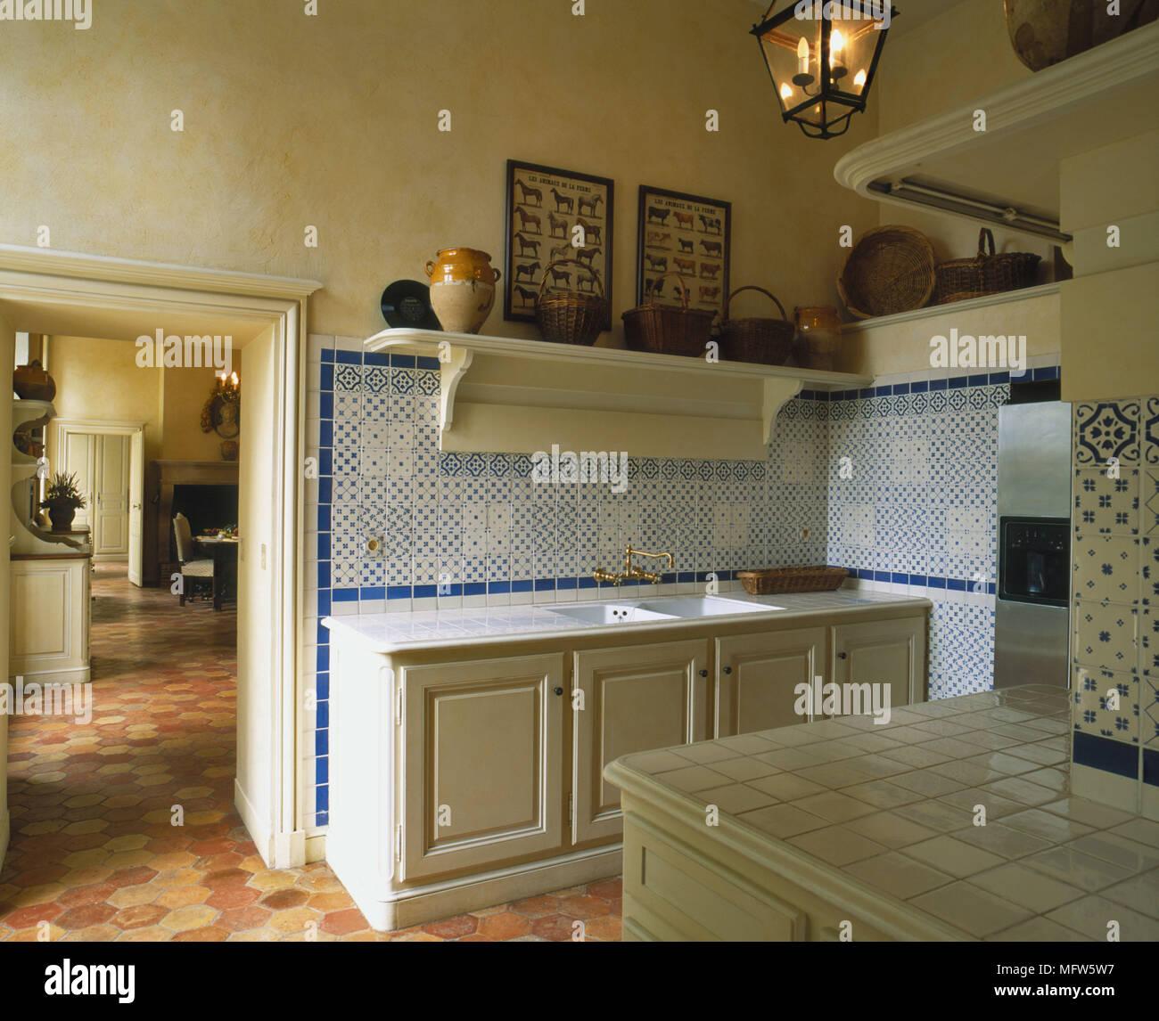 Une cuisine traditionnelle avec des unités peint jaune bleu ...