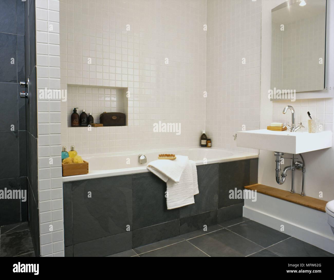 Détails d\'une salle de bains moderne avec du carrelage blanc et ...