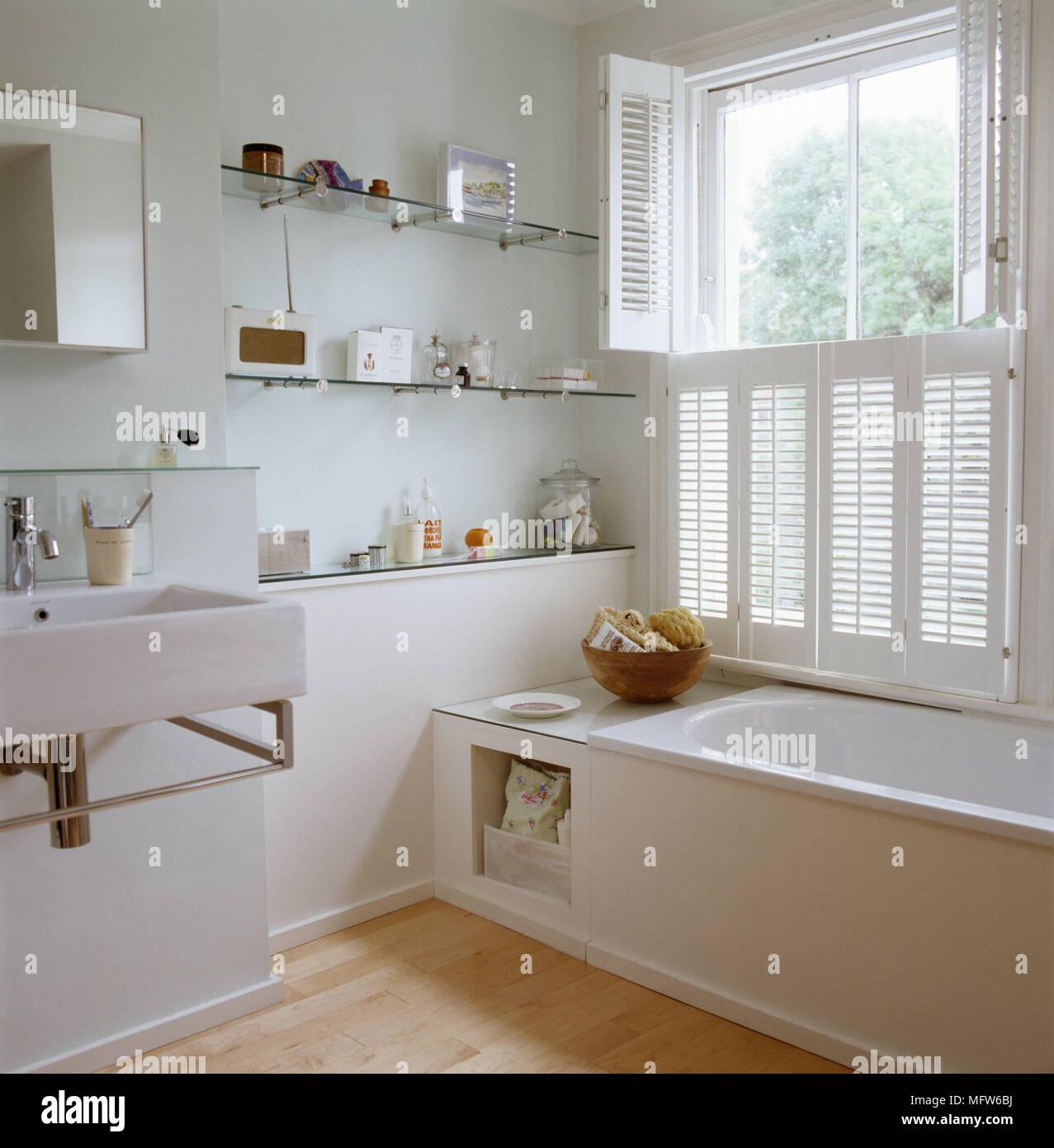 Un détail d\'une salle de bains moderne blanc baignoire lavabo mural ...