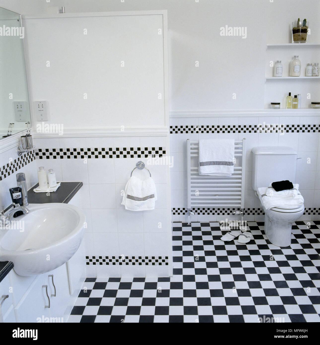 Salle De Bains Moderne Avec Carrelage En Damier Noir Et Blanc