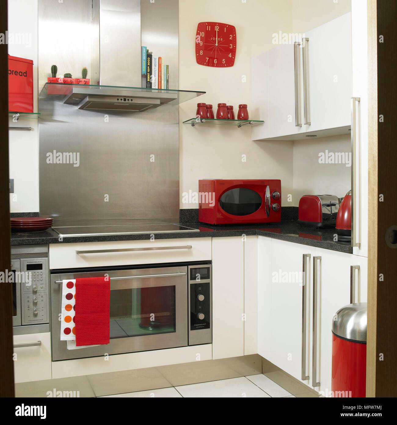Cuisine Moderne Avec Unités Blanc Et Rouge Ustensiles De Cuisine