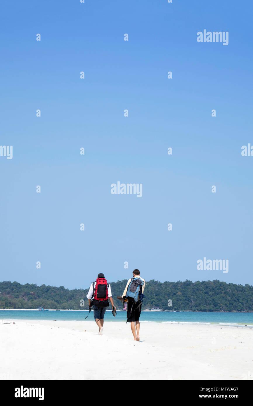 Deux backpackers arrivant sur une plage d'Asie du sud est idyllique Photo Stock
