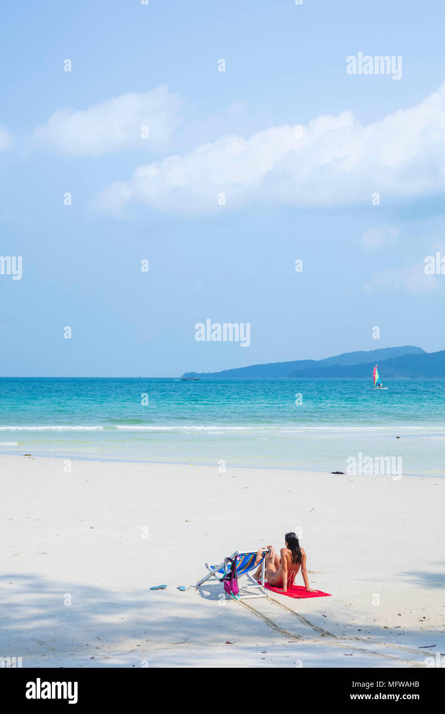 Détente sur les voyageurs Long Beach sur l'île de Koh Rong au Cambodge Banque D'Images