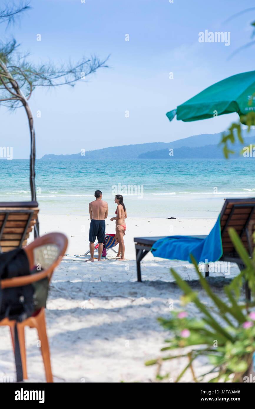 Coup franc parler d'un jeune couple sur une plage de sable blanc sur une île dans le sud-est asiatique Photo Stock