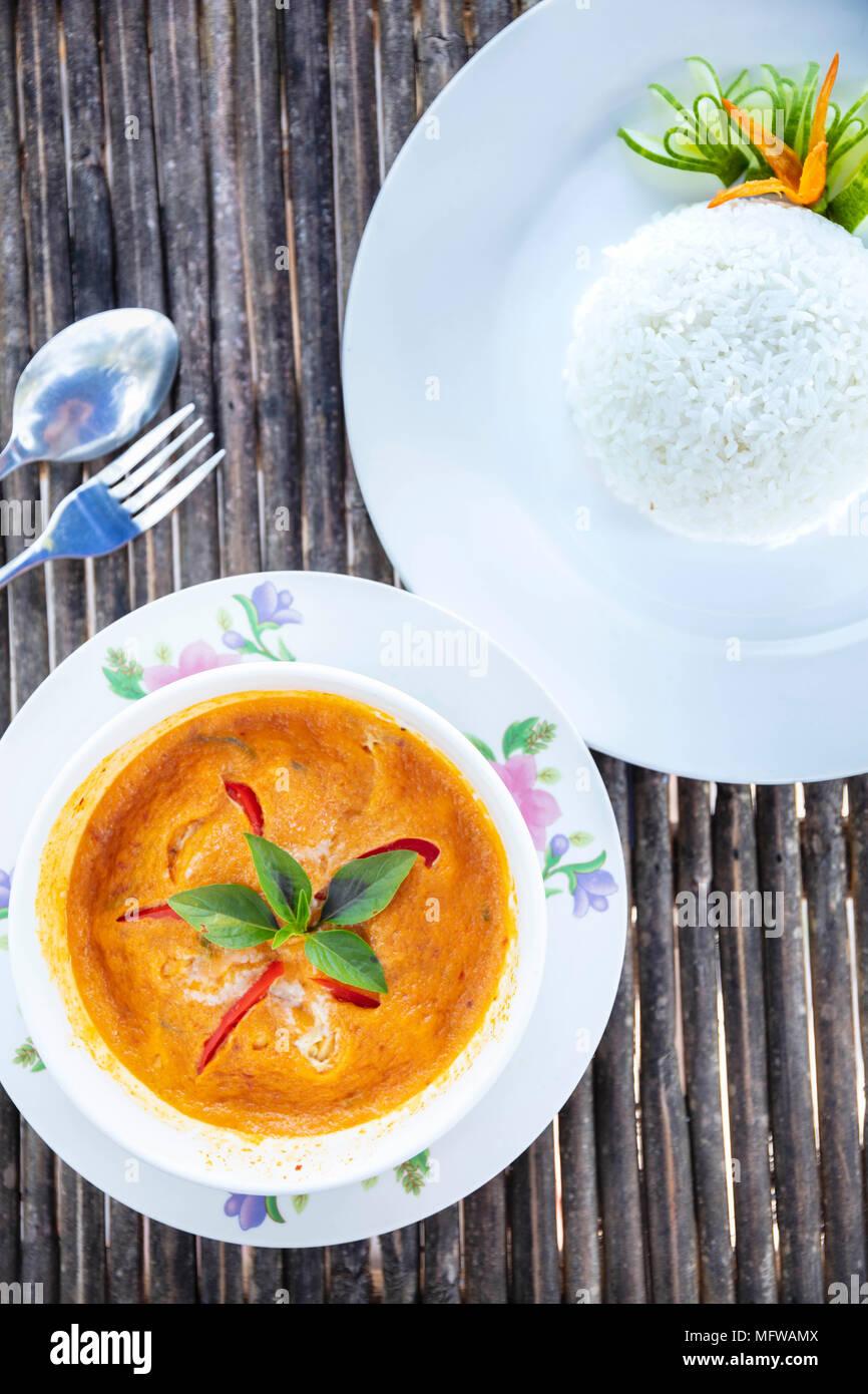 Fruits de mer et riz étuvé amok servi en plein air à une table en bambou Photo Stock