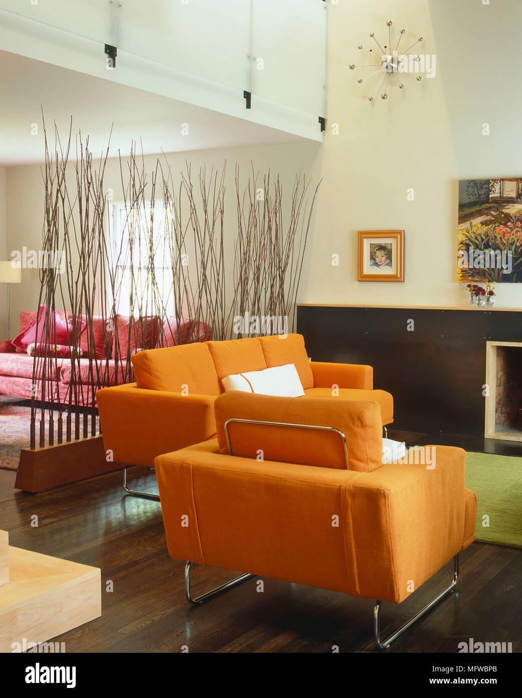 Chaises capitonnées placé devant la cheminée dans le salon ...