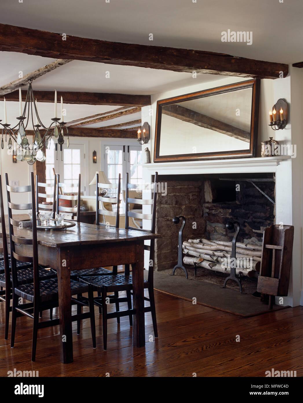 Lustre En Fer Forge Au Dessus De Table Et Chaises En Bois En Style Rustique Salle A Manger Avec Cheminee Photo Stock Alamy