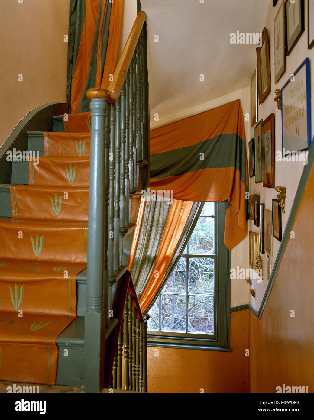 Couloir Avec Escalier En Terre Cuite Fenêtre Avec Rideau Rouge