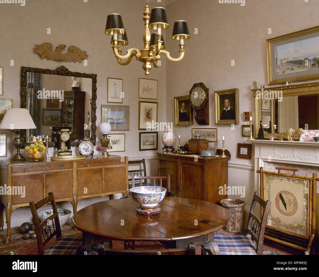 salle manger avec table ronde en bois et bahut lustre tableau ci dessus banque d 39 images. Black Bedroom Furniture Sets. Home Design Ideas