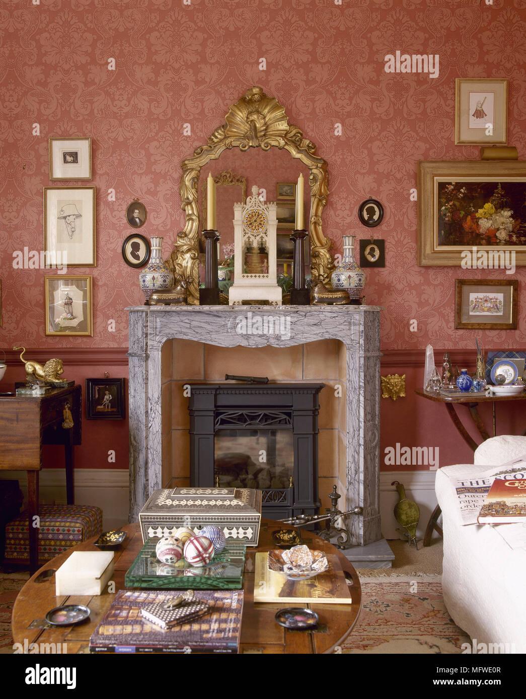 salon rouge avec papier peint motif et chemin e en marbre avec miroir dor au dessus banque d. Black Bedroom Furniture Sets. Home Design Ideas