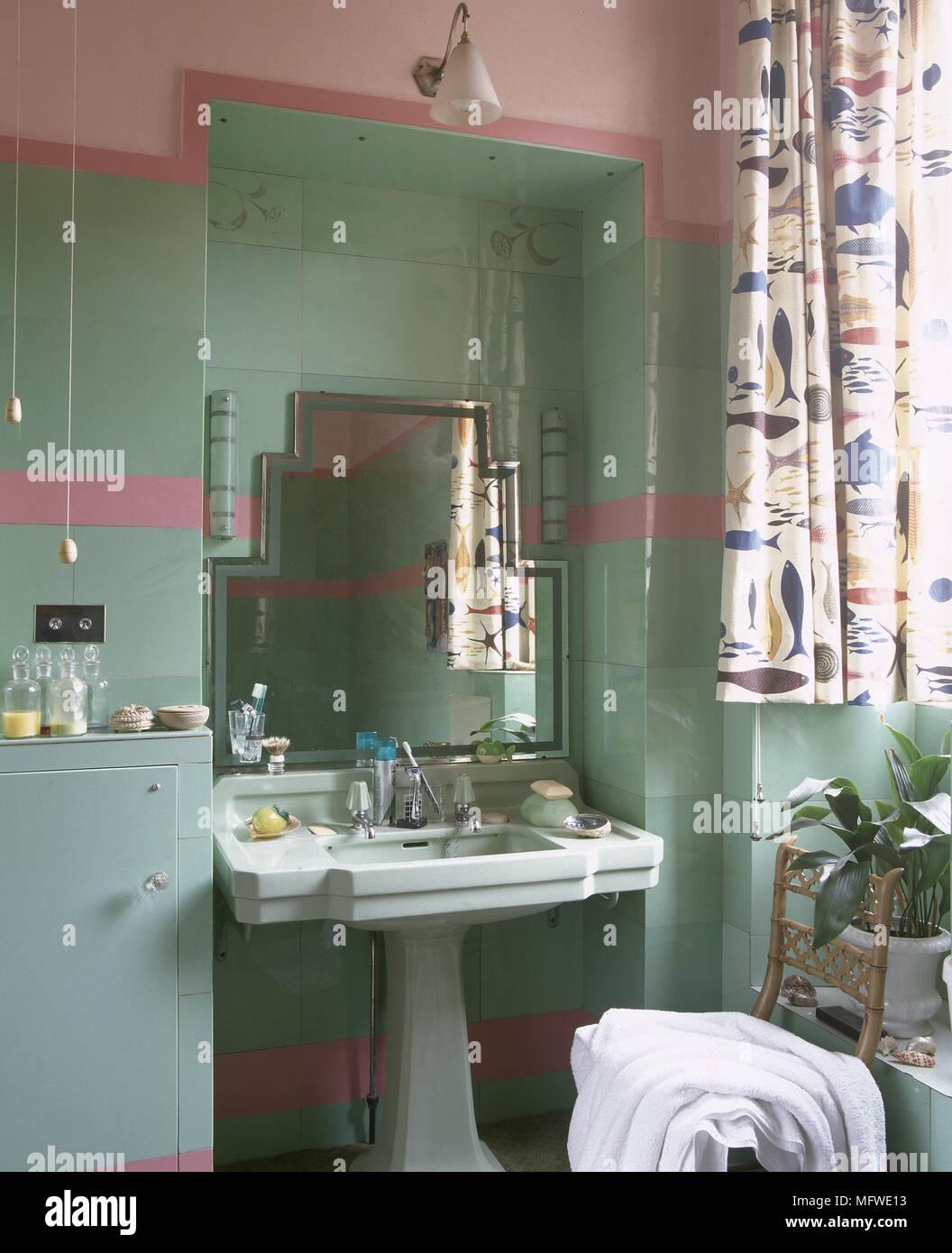 Vert et rose salle de bains avec lavabo sur colonne et ...