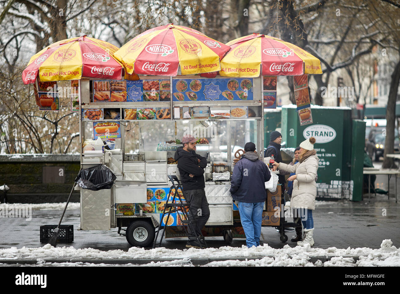 Manhattan à New York à Pâques la neige recouvre la 5e Avenue, vendeur de hotdog vendeur de rue avec grand panier Photo Stock