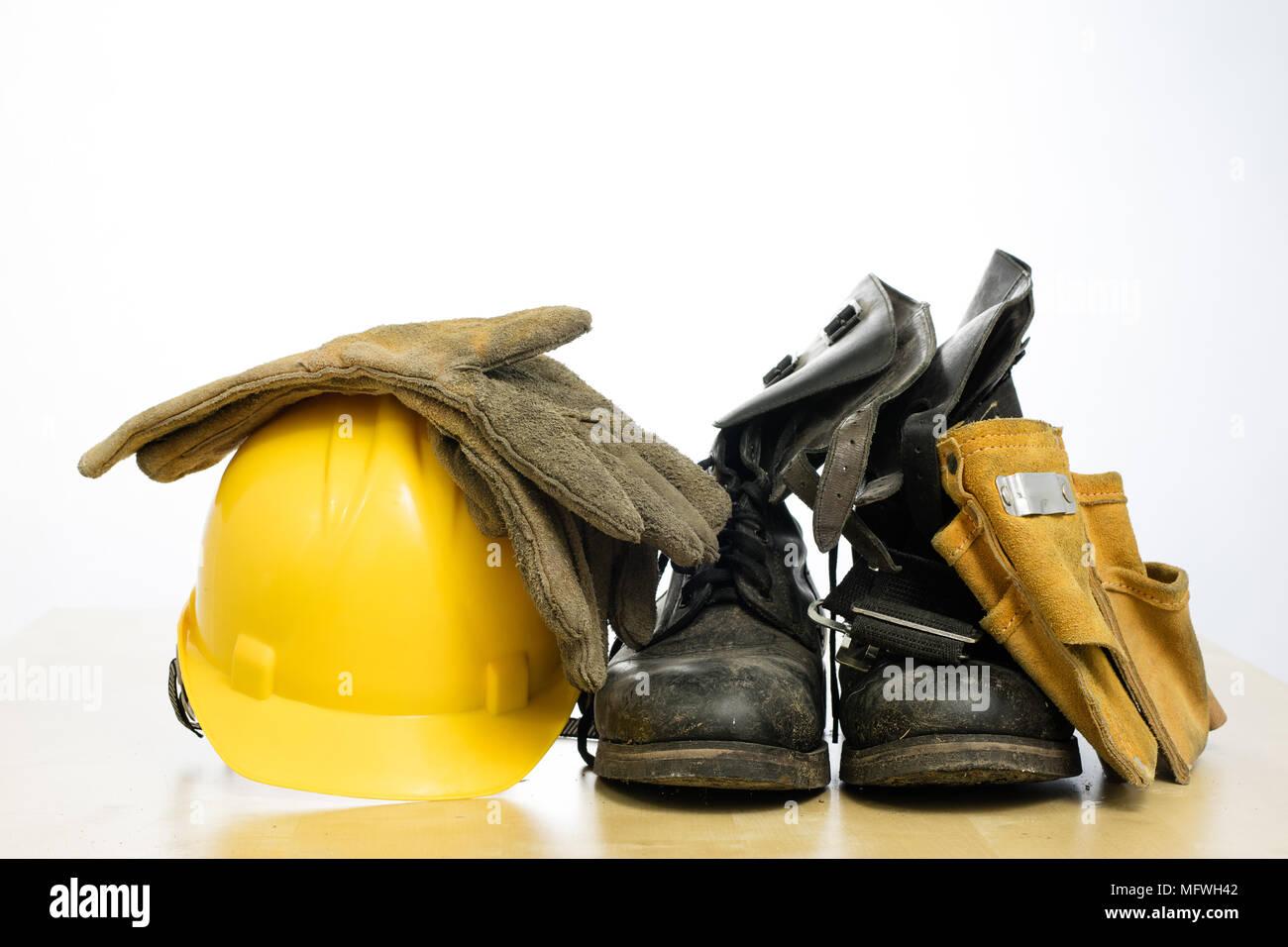 Casque de protection et des bottes de travail sur une table en bois.  Accessoires de sécurité et de protection de la santé des travailleurs de la  ... 3b1aad61988c