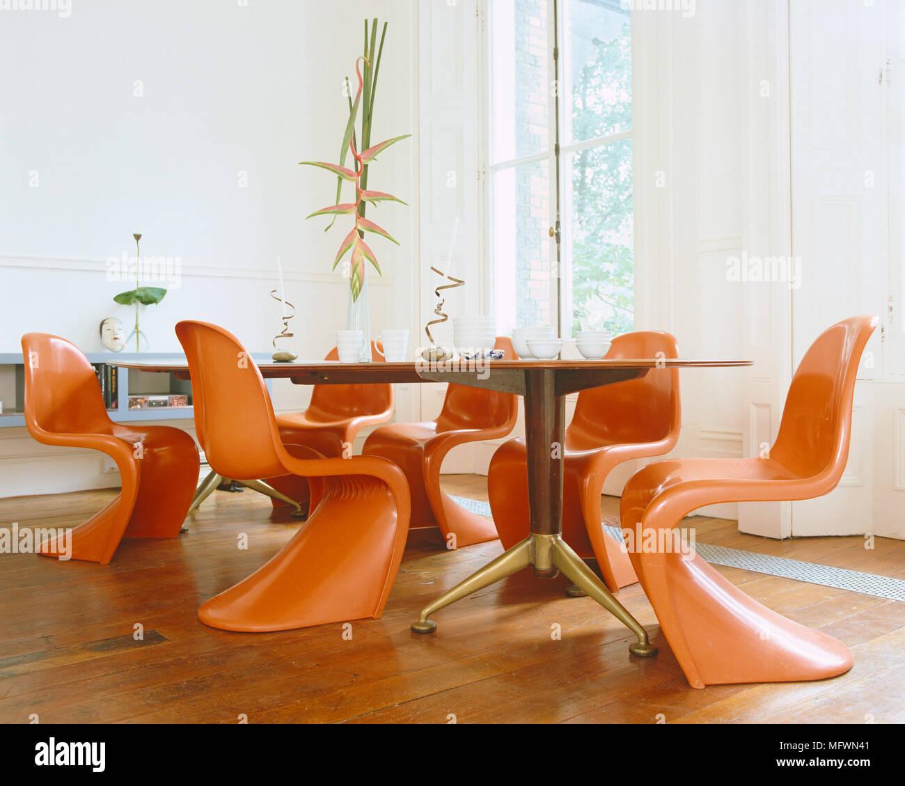 Verner Panton Chaises Rouges A Table En Bois Ovale Dans La Salle A