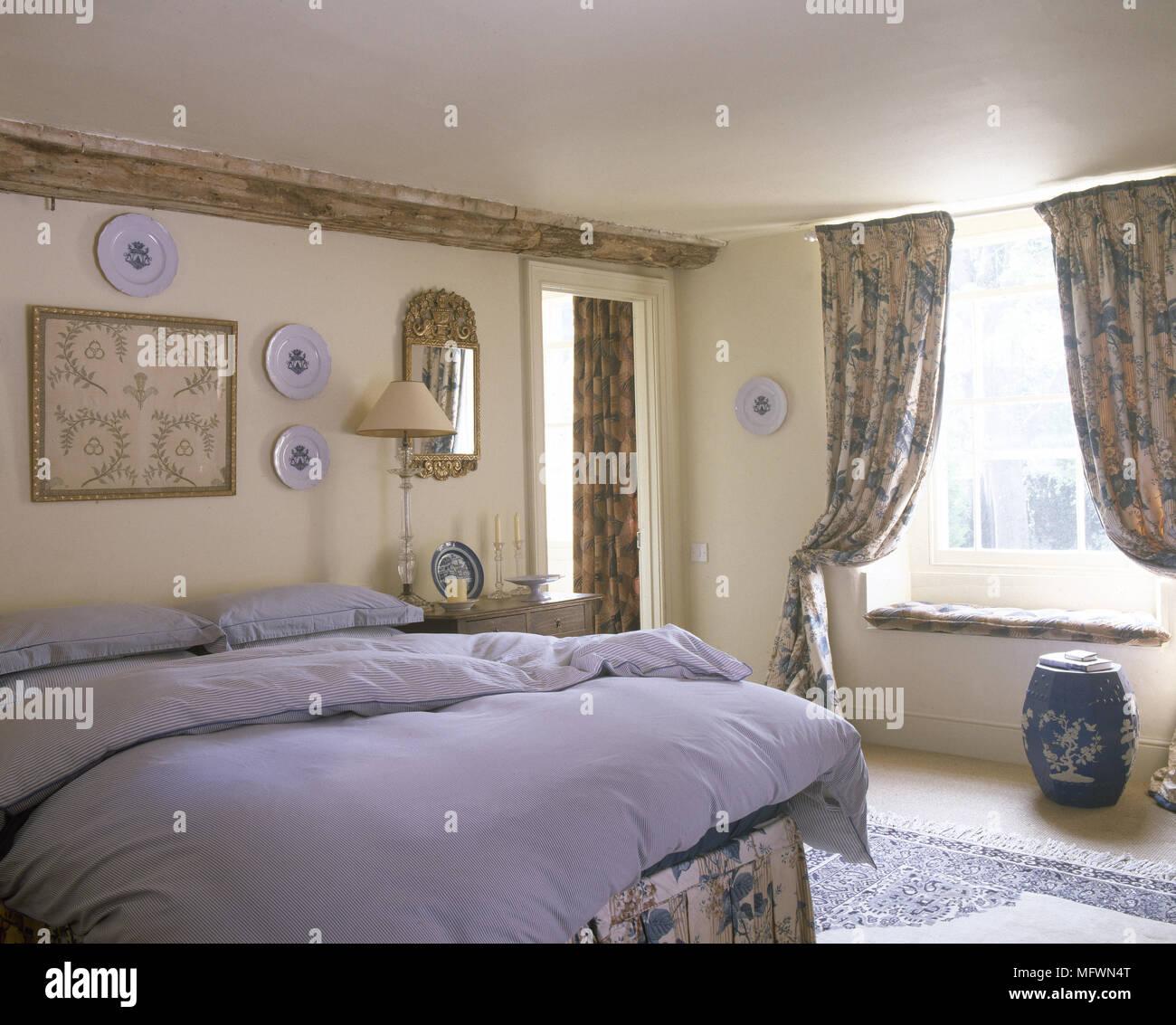 Lit double dans un style traditionnel au mobilier de chambre à ...