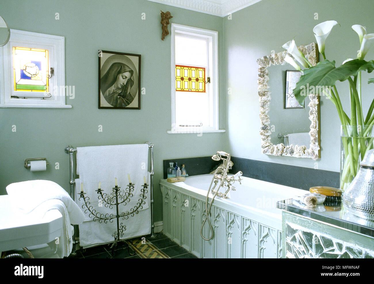 Salle de bains détail éclectique avec une baignoire en bois, murs ...