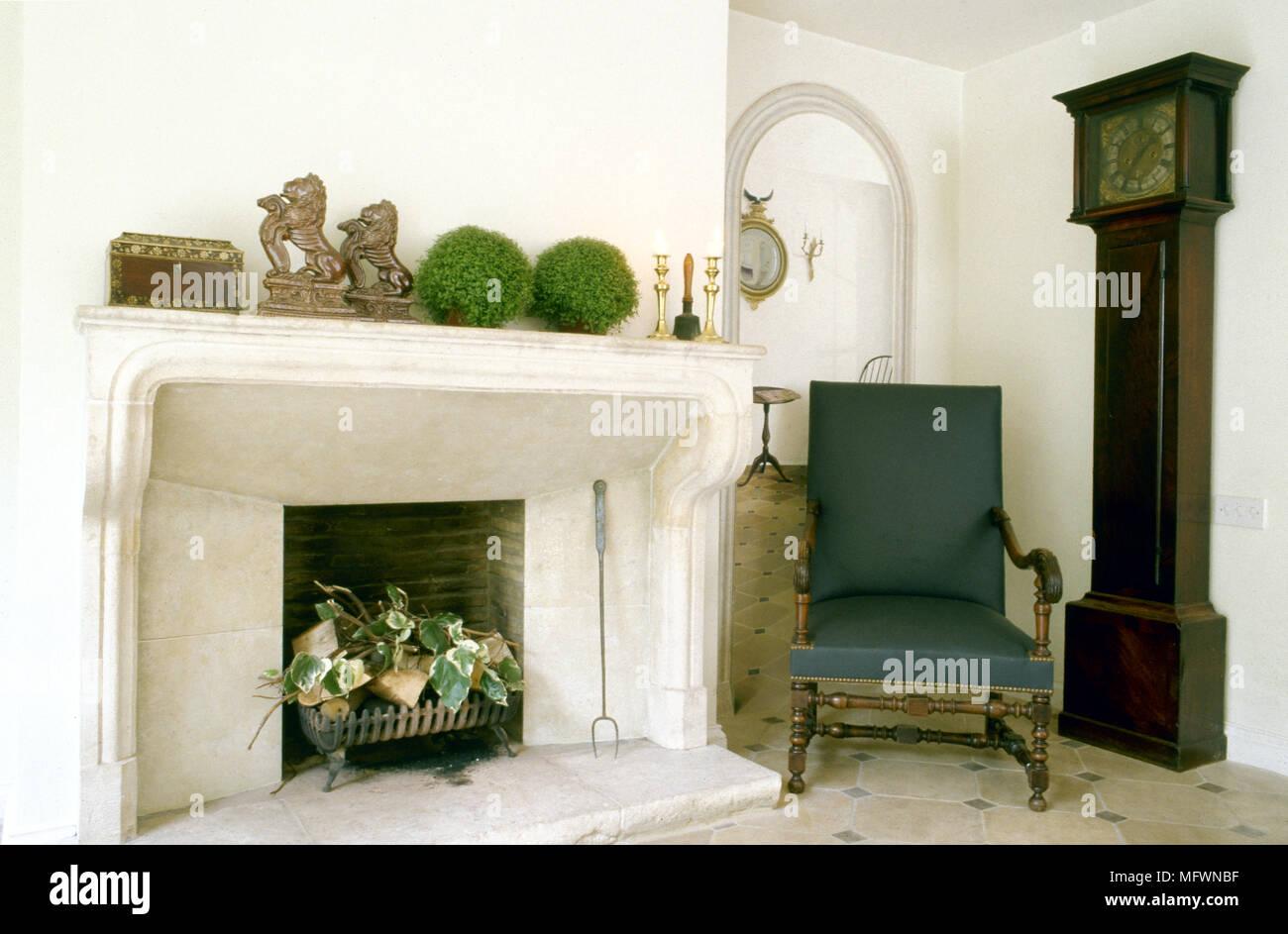 Salon traditionnel avec une cheminée en marbre, carrelage, d\'\'un ...